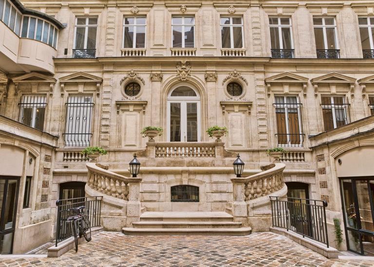 Cour intérieure parisienne et perron