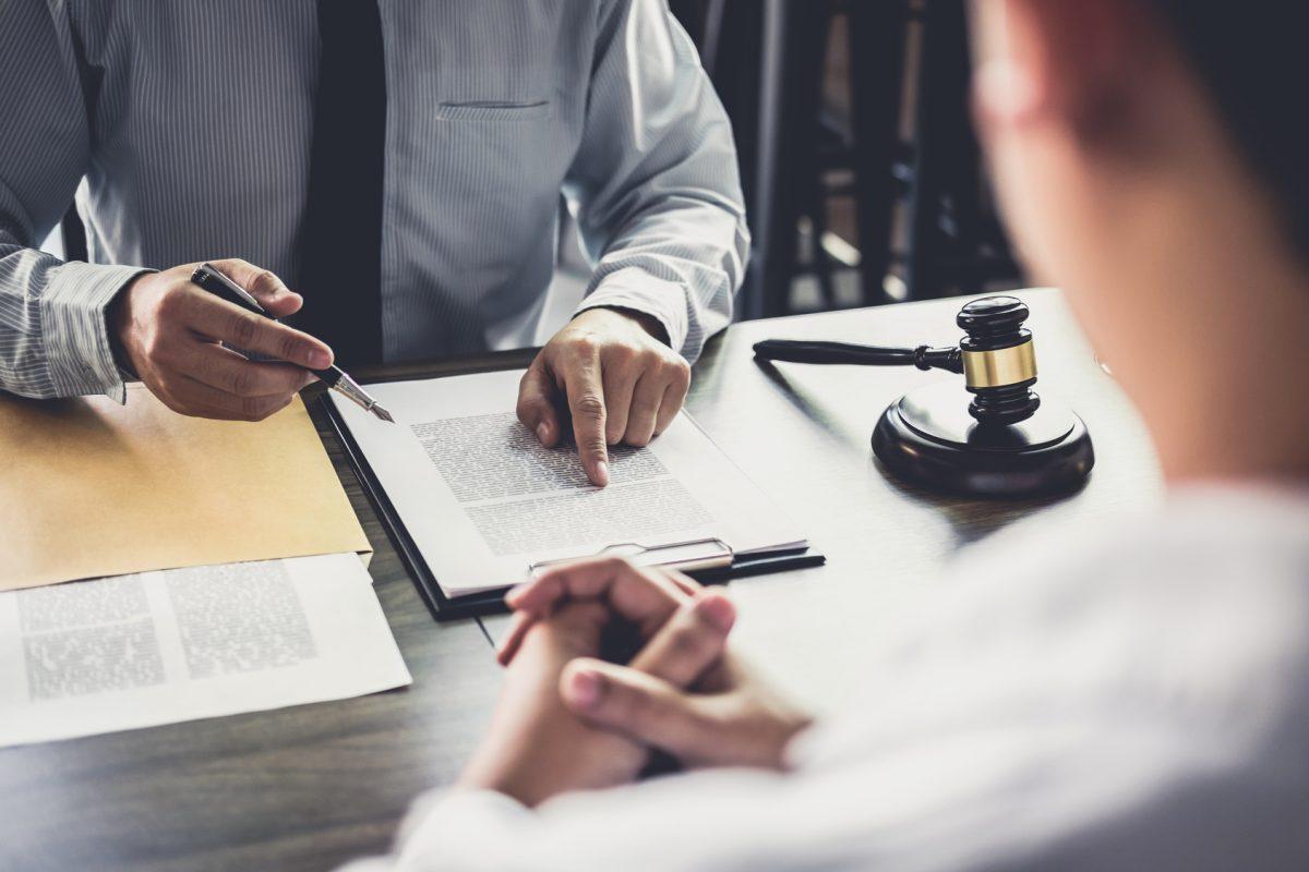 Juge présentant des documents en entretien avec une personne