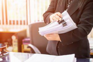 Femme examinant une pile de documents