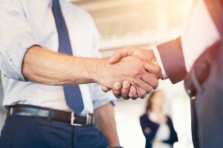 Poignée de main entre 2 personnes