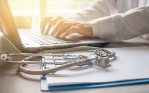 stethoscope sur un dossier médical